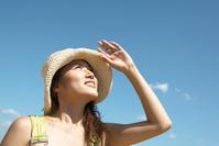 麦藁帽子をかぶった若い日本人女性