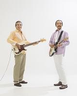 ギターとベースを弾くミドル男性