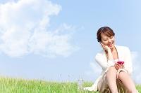 音楽を聴いている笑顔の日本人女性