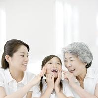 女性の三世代日本人親子