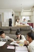リビングで勉強する子供