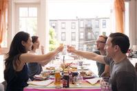 友人と食事をして過ごす若者