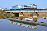 香川県 高徳線 鉄橋を渡る水鏡のキハ47系(四国色)普通気動車