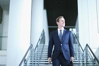 階段を降りるビジネスマン
