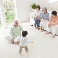 寛ぐ日本人の三世代家族