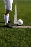 コーナーキックをする足元とサッカーボール