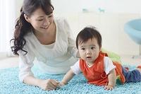 ハイハイをする赤ちゃんと見守るお母さん