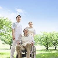 看護師と車椅子に乗る患者