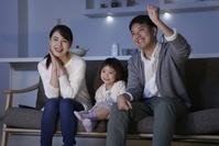 TV鑑賞をする日本人の家族