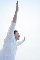 手を伸ばす笑顔の日本人男性