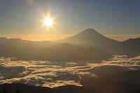山梨県 櫛形山林道 富士山と朝日と雲海の山並み