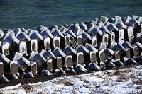 北海道 波消しブロックと雪