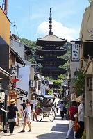 京都府 八坂道から見ると夏の八坂の塔