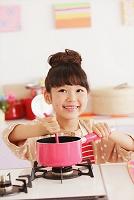 お菓子作りをする日本人の女の子