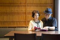 本を読む日本人シニア夫婦