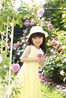 バラとガーデンアーチと日本人の女の子