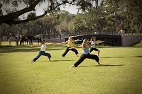 公園でヨガをする女性たち