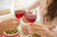 ワイングラスで乾杯する手