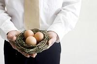 雛の巣を持つヤングビジネスマン
