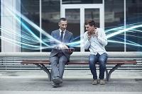 タブレットを見るビジネスマンと若者