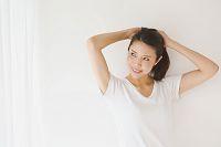 髪をかき上げる日本人女性