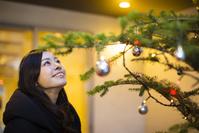 クリスマスツリーを見る日本人女性