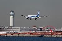 羽田空港に着陸するボーイング777-200 全日空