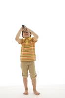 単眼鏡を覗いているハーフの男の子