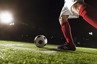 ボールを蹴る外国人サッカー選手