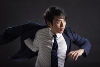 ジャケットを着る日本人ビジネスマン