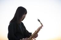 サックスを演奏する日本人女性