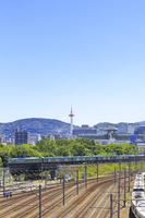 京都府 京都駅を出発する瑞風 山陰コース列車と京都タワー