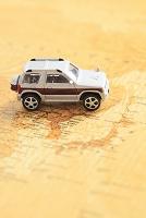 世界地図の上に置かれたミニチュアの車