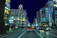 東京都 夜の中央通り銀座四丁目交差点