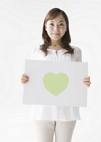 ハートのパネルを持つ日本人女性