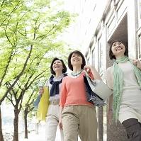ショッピングバッグを持って歩く日本人女性