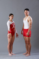 男子体操選手と女子体操選手