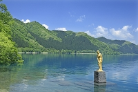 秋田県 田沢湖と辰子像