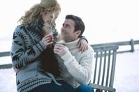 屋外で暖かい飲み物を飲む夫婦