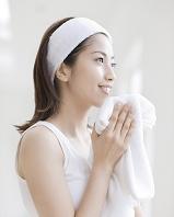 白いタオルを持つ日本人女性