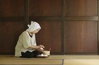 おにぎりを握る日本人女性