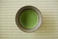 畳の上に置かれた茶碗 抹茶