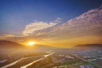 長野県 上田市 上田市街と千曲川と烏帽子岳から昇る朝日