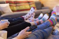 テレビを見る家族の足元