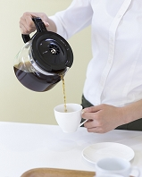 コーヒーを入れる女性店員