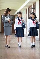 廊下で話をする先生と女子高校生