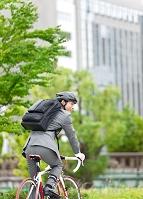 自転車に乗る日本人ビジネスマン