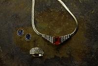 ルビーのネックレスとサファイアのイヤリング