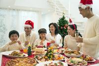 クリスマスディナーを食べる日本人家族