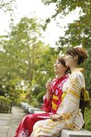 ベンチに座る浴衣の日本人女性